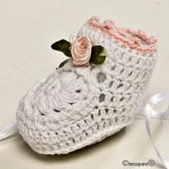 Botita ganchillo blanca flor rosa